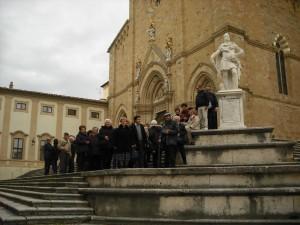 Il gruppo di Viarolo in posa davanti al duomo di Arezzo (2013)